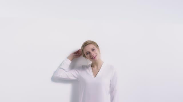 白い壁に笑顔の美しい女性 - スキンケア点の映像素材/bロール