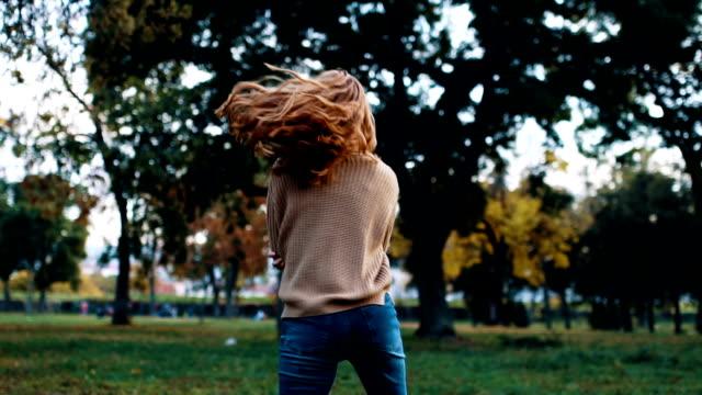 vídeos de stock e filmes b-roll de smiling beautiful young woman enjoy autumn - parque público