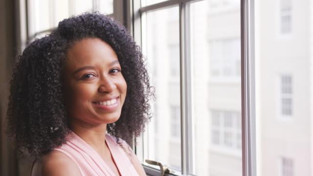 vídeos de stock e filmes b-roll de smiling black businesswoman turns to camera, close up - portrait of confident business