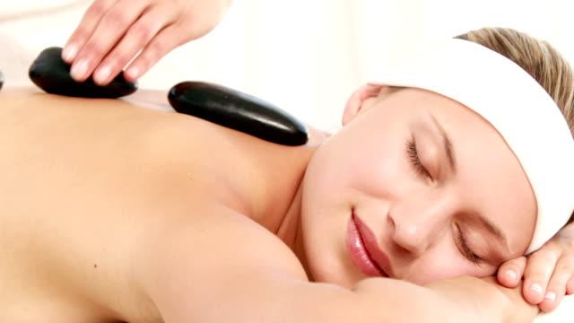 uśmiech blonde coraz masaż - terapia lastone filmów i materiałów b-roll