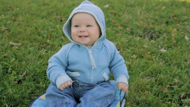 smiling boy outdoor in autumn - kapüşon stok videoları ve detay görüntü çekimi