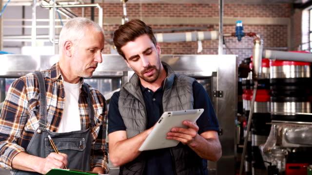 Sorridente fabbrica di birra Operai parlano insieme - video