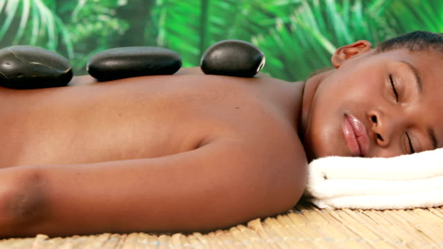 uśmiech brunette coraz masaż - terapia lastone filmów i materiałów b-roll