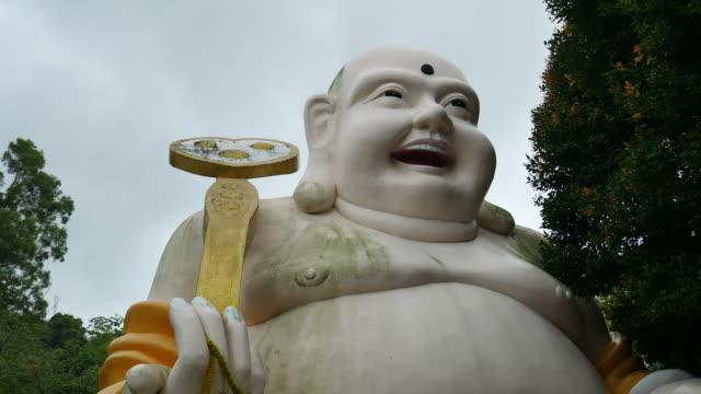 vídeos de stock e filmes b-roll de smiling buddha in thailand's public park - buda