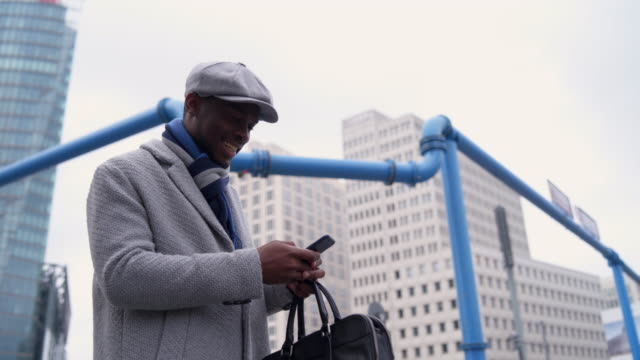 ler affärsman som pratar i telefon - endast en man i 30 årsåldern bildbanksvideor och videomaterial från bakom kulisserna