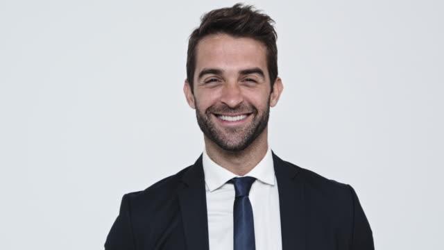 smiling businessman - dobrze ubrany filmów i materiałów b-roll