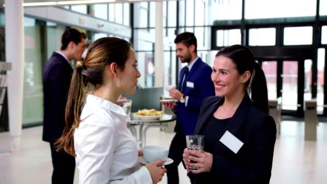 ビジネスマンの休憩中にお互いの対話を笑顔 - ソーサー点の映像素材/bロール
