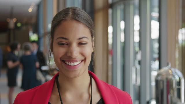 leende affärskvinna mot proffs - affärskonferens bildbanksvideor och videomaterial från bakom kulisserna