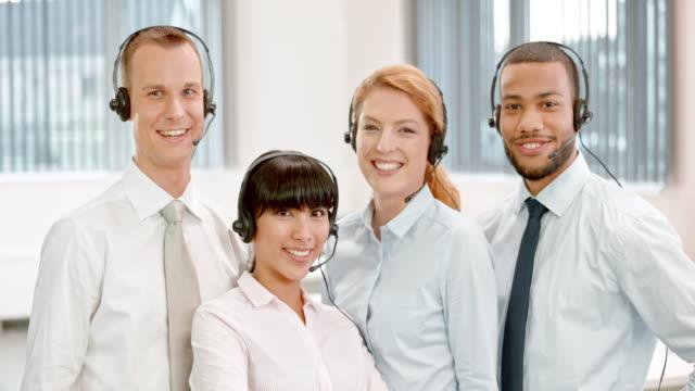 stockvideo's en b-roll-footage met ds glimlachend call center team portret - vier personen