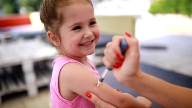 ler barn tar insulin injektion - enbarnsfamilj bildbanksvideor och videomaterial från bakom kulisserna