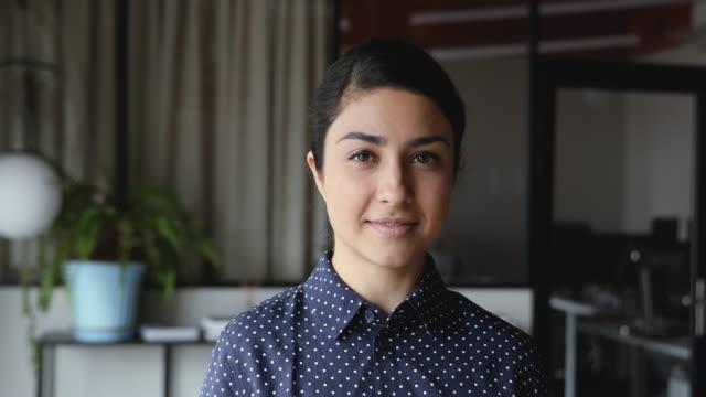lächelnd zuversichtlich junge indische ethnische geschäftsfrau professionelle nahaufnahme porträt - junge frauen stock-videos und b-roll-filmmaterial