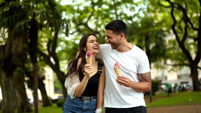 vídeos y material grabado en eventos de stock de pareja sonriente comiendo helado - ice cream