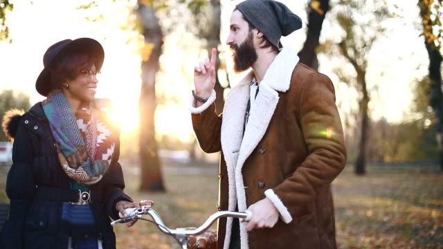 vídeos y material grabado en eventos de stock de sonriente pareja disfruta de otoño - moda de otoño
