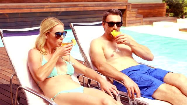 stockvideo's en b-roll-footage met glimlachend paar roosteren en cocktail drinken - 30 39 jaar