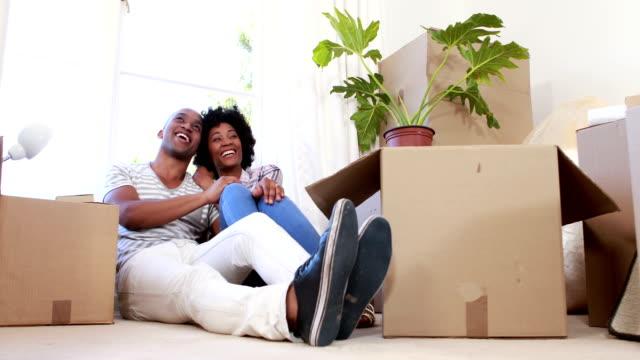 Lächelnd paar Auspacken cardboard box – Video