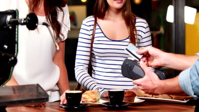 vídeos y material grabado en eventos de stock de sonriendo cliente de escribir su código de lector de tarjeta de crédito - gerente de cuentas
