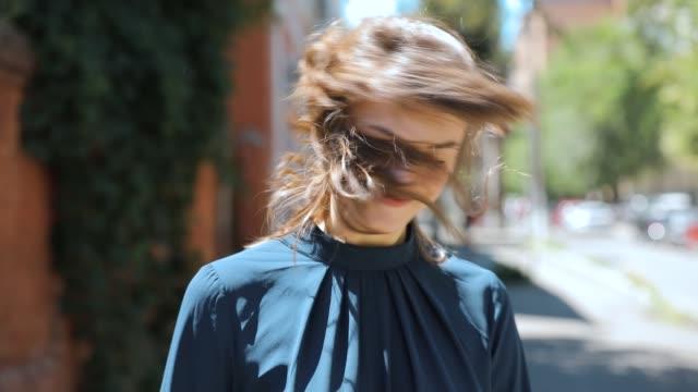 stockvideo's en b-roll-footage met glimlachend leuk gelukkig meisje gooien haar op zomerdag - hair woman