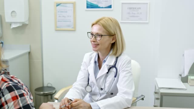 Bидео Smiling Dietician Talking to Patient