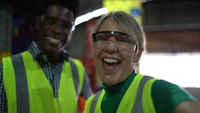 vidéos et rushes de employés de sourire prenant un selfie - uniforme