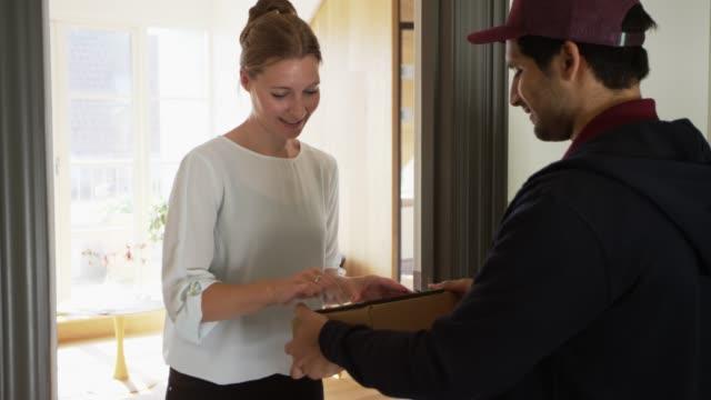 微笑的執行簽名平板電腦上的包裹 - postal worker 個影片檔及 b 捲影像