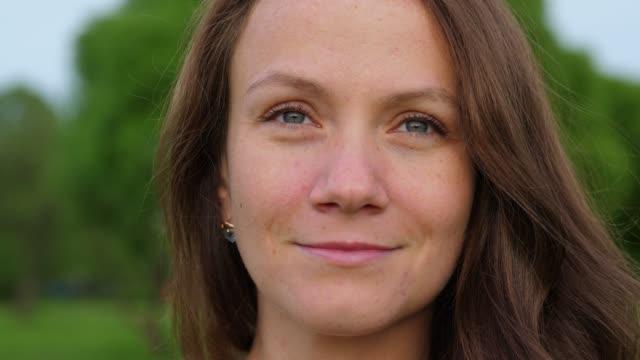leende ansikte brunett kvinna närbild. - mellan 30 och 40 bildbanksvideor och videomaterial från bakom kulisserna