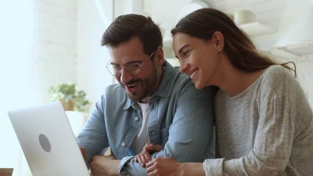 lächelnde familie paar einkaufen kauf von waren im online-shop. - bucht stock-videos und b-roll-filmmaterial