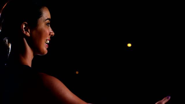 lächelnde weibliche führungskraft hält eine rede - zuschauerraum stock-videos und b-roll-filmmaterial