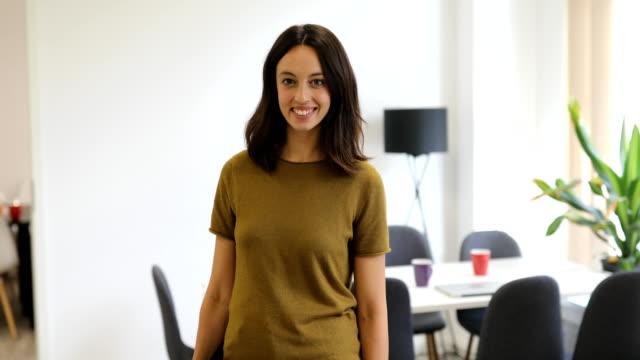 office は起動時に笑顔の女性エグゼクティブ - 上半身点の映像素材/bロール
