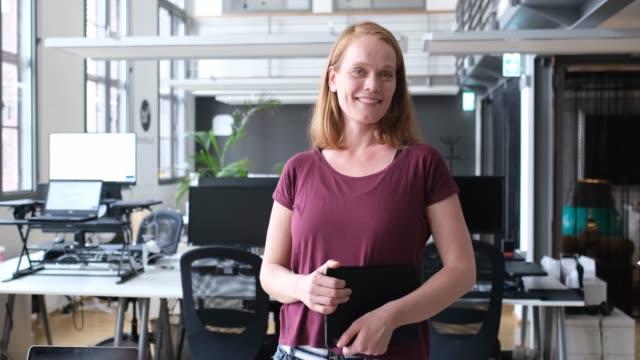 leende kvinnlig professionell med digital tablett - 35 39 år bildbanksvideor och videomaterial från bakom kulisserna