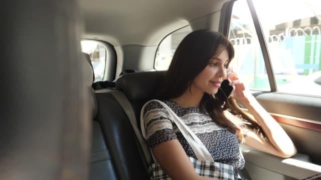 leende flicka i taxi - endast unga kvinnor bildbanksvideor och videomaterial från bakom kulisserna