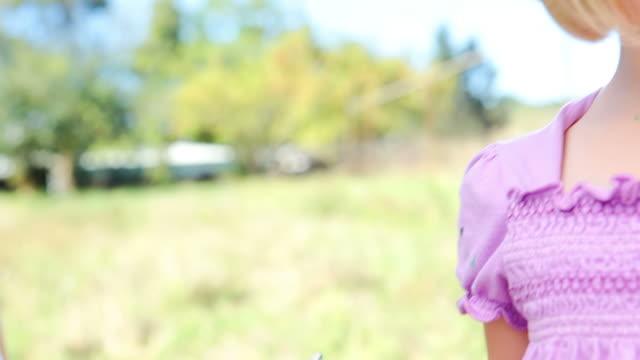 smiling girl paints - endast flickor bildbanksvideor och videomaterial från bakom kulisserna