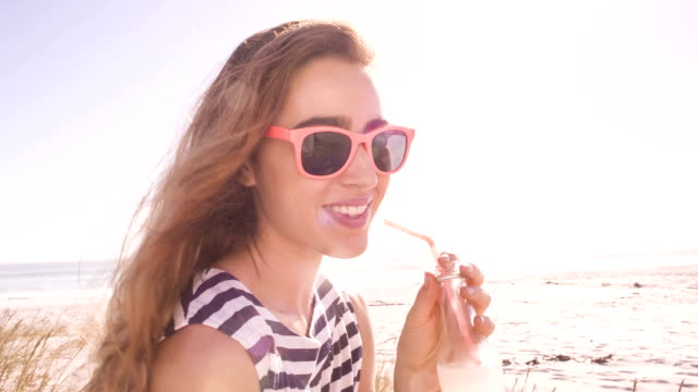 vídeos de stock e filmes b-roll de sorridente menina com limonada na praia - limonada tradicional