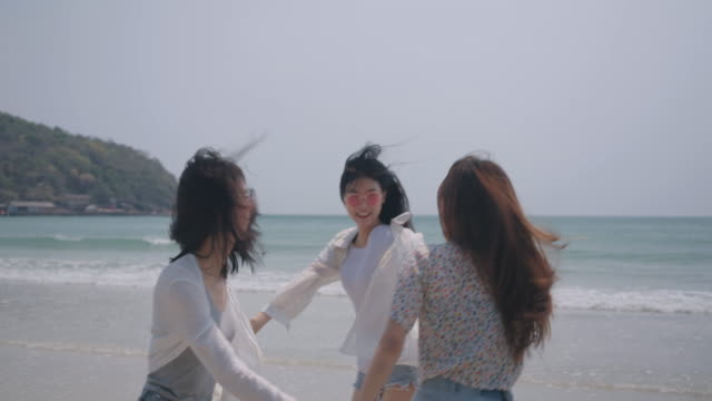 vídeos de stock e filmes b-roll de smiling happy asian friends group of women holding hands together seaside on beach summer vacation holidays travel enjoy life weekend activity people lifestyle, slow motion 4k cinema camera - gmail