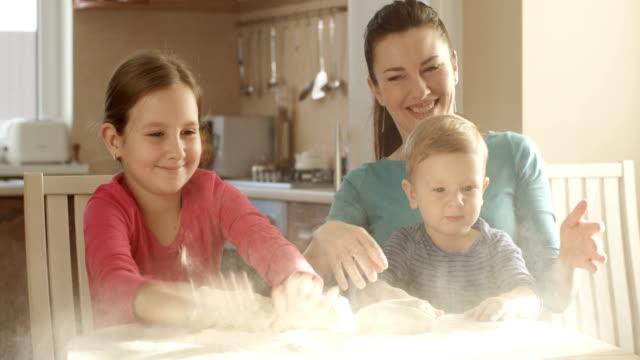 Glückliche Familie mit Mehl Teig in der Küche kocht gemeinsam Cookies spielen lächelnd – Video