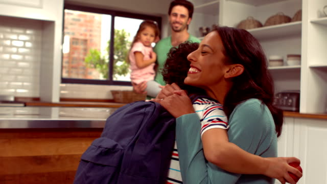 Souriant garçon hispanique dire adieu à sa famille - Vidéo