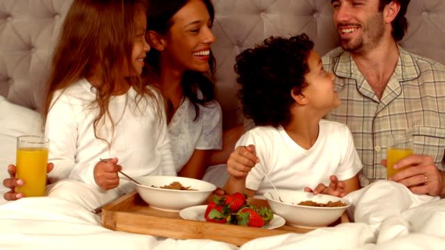 sorridente famiglia ispanica tempo durante la prima colazione - prima colazione video stock e b–roll