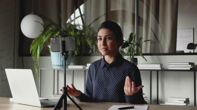 스마트폰에 웃는 인도 여자 영향력 있는 비디오 블로그 팟 캐스트를 녹화 - 영화 촬영 스톡 비디오 및 b-롤 화면