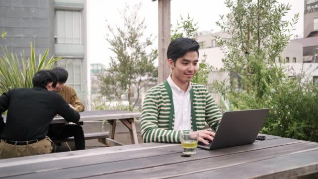 お茶と技術を楽しむ日本人男性の笑顔 - 上半身点の映像素材/bロール