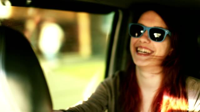笑顔の女性のポートレート、ライフスタイルを楽しんでサングラスで、お車のジョイライド ビデオ