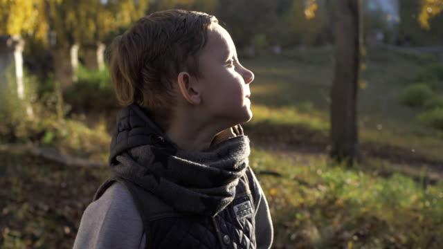 公園で遊ぶ男の子の笑みを浮かべてください。秋。 - 男の子点の映像素材/bロール