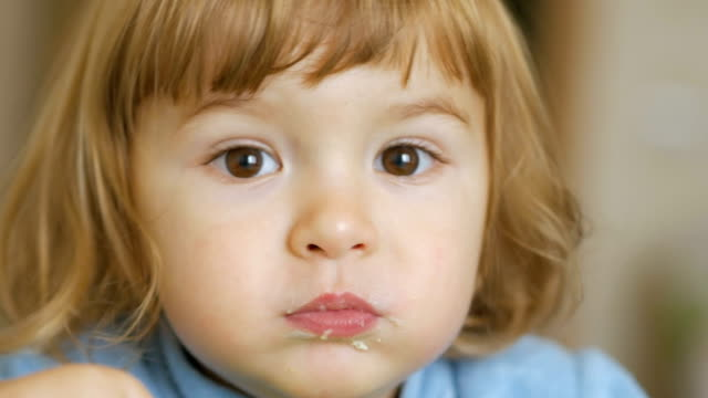 lächelnde knabe essen hautnah.  4k uhd - küchenzubehör stock-videos und b-roll-filmmaterial