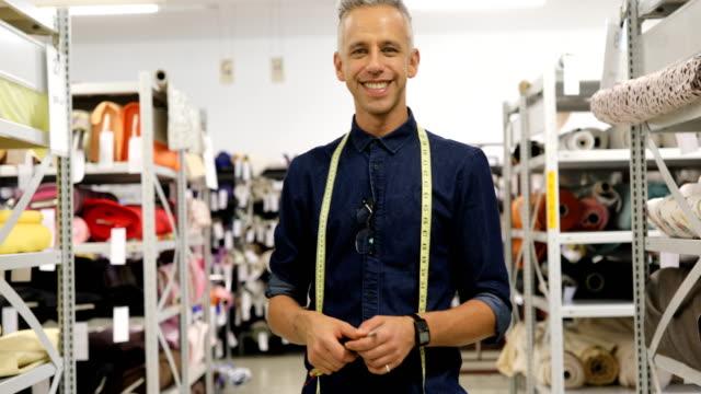 leende manliga skräddare med tejp runt halsen på shop - 35 39 år bildbanksvideor och videomaterial från bakom kulisserna