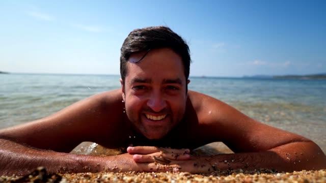 Lächelnd mann genießen Sie Urlaub am Strand – Video