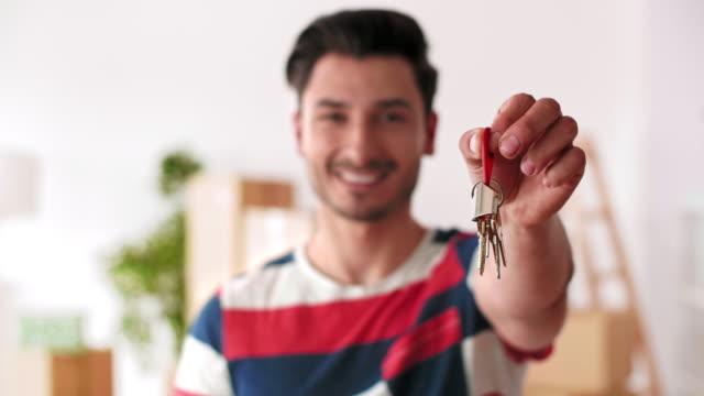 새 집 열쇠를 들고 웃는 남자 - home 스톡 비디오 및 b-롤 화면