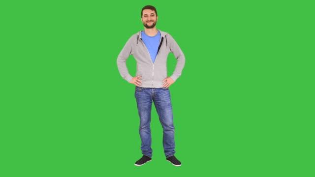 lächelnder mann in zuversichtlich-pose - ganzkörperansicht stock-videos und b-roll-filmmaterial