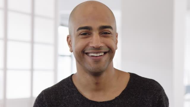 オフィスに立っている笑顔の成熟したビジネスマン - 上半身点の映像素材/bロール