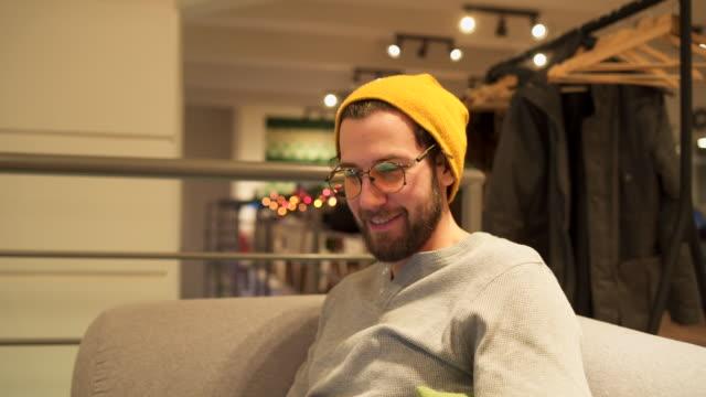vídeos de stock, filmes e b-roll de o homem moderno trabalhando no laptop a sorrir - 20 24 anos