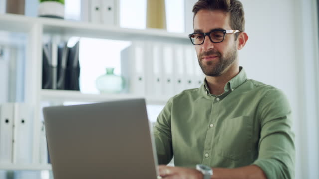 smiling my way through work - usare il laptop video stock e b–roll
