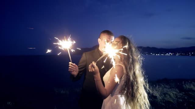 vídeos de stock, filmes e b-roll de recém-casados com luzes cintilantes a sorrir - rústico