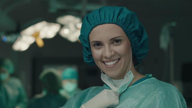 vídeos de stock e filmes b-roll de smiling nurse in operating room - enfermeira